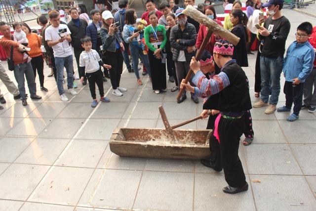 Người Mông giã bánh dày ăn Tết trên đường phố Hà Nội - 1