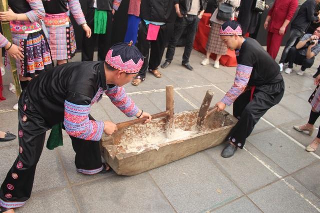 Người Mông giã bánh dày ăn Tết trên đường phố Hà Nội - 2