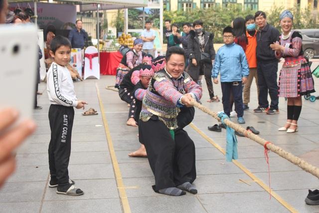 Người Mông giã bánh dày ăn Tết trên đường phố Hà Nội - 5