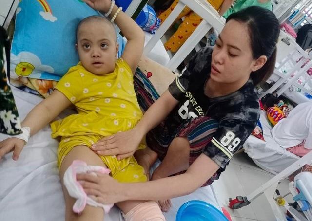 Xót xa số phận bé gái nghèo nguy cơ phải cưa chân vì u xương quái ác - 6