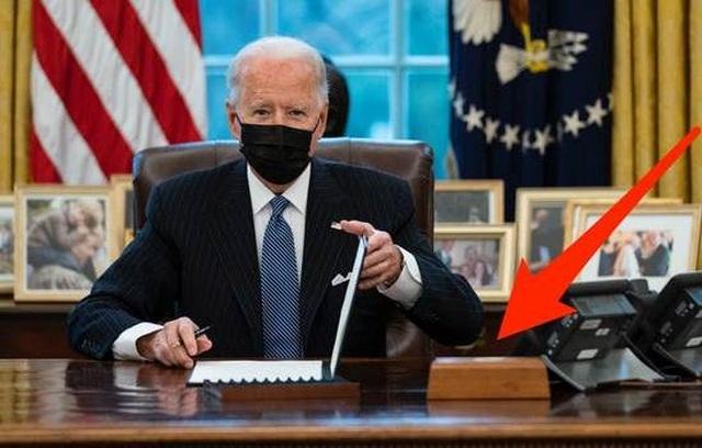 Nút bấm bí ẩn xuất hiện trên bàn làm việc của ông Biden - 1