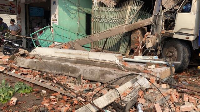 Xe tải húc bay hàng loạt phương tiện, tông sập nhà dân - 3