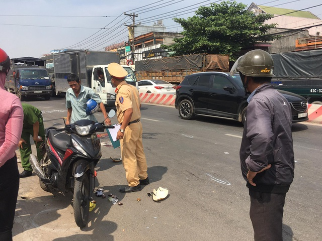 Va quẹt tay lái ngã xuống đường, người phụ nữ bị xe cán tử vong - 2