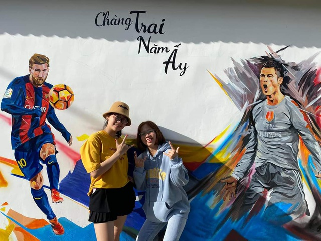 Tourists enjoy checking-in the first mural village in Ninh Thuan - 11