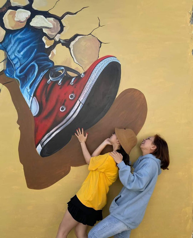 Tourists enjoy checking-in the first mural village in Ninh Thuan - 10