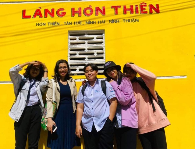 Tourists enjoy checking-in the first mural village in Ninh Thuan - 1
