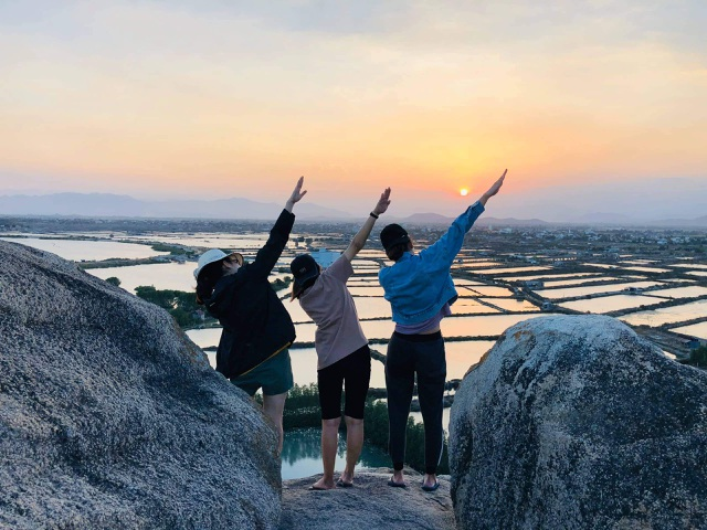 Tourists enjoy checking-in the first mural village in Ninh Thuan - 5