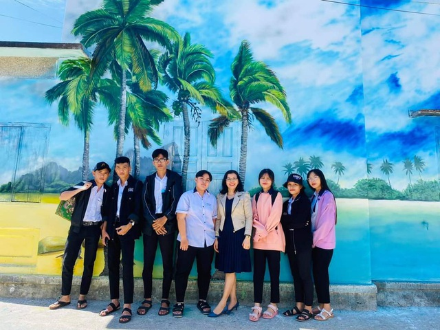 Tourists enjoy checking-in the first mural village in Ninh Thuan - 3