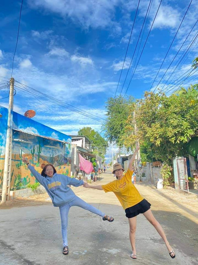 Tourists enjoy checking-in the first mural village in Ninh Thuan - 2