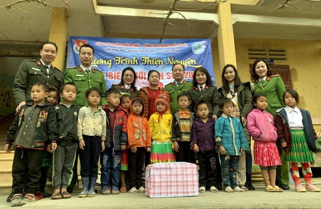 Mang Tết đến gần 2.000 trẻ em nghèo vùng biên cương - 1