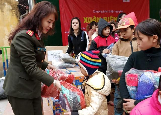 Mang Tết đến gần 2.000 trẻ em nghèo vùng biên cương - 2