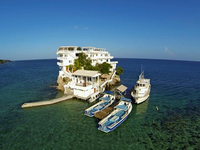 Đại gia xây biệt thự xa hoa triệu USD giữa biển, có cả bãi đỗ trực thăng - 1