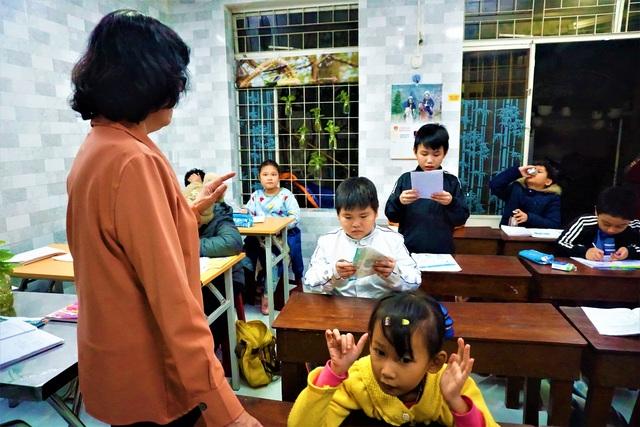 Cô giáo về hưu mở lớp miễn phí giúp học trò khó khăn - 1