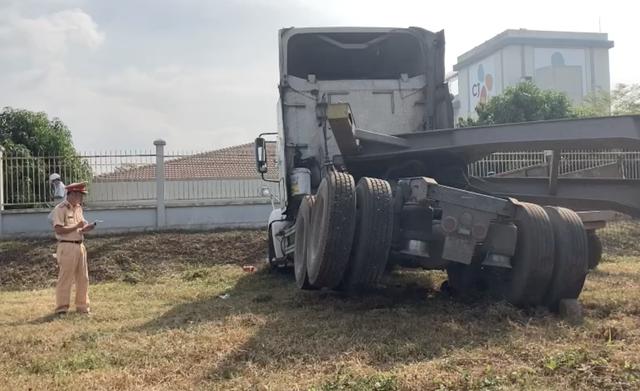 Xe container đọ sức máy cày, lộn nhào sau va chạm - 3