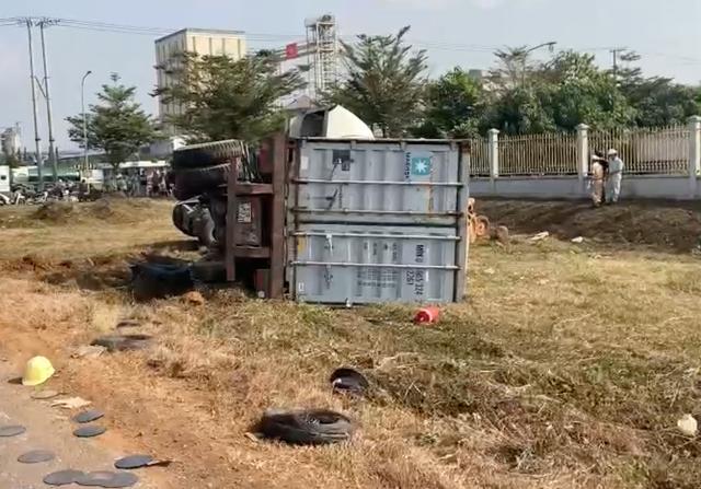 Xe container đọ sức máy cày, lộn nhào sau va chạm - 2