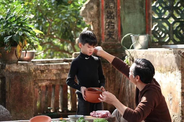 Mẫu nhí Minh Anh gây xúc động khi vào vai con trai NSND Trung Anh - 1