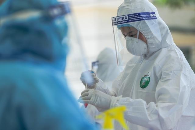 Hà Nội phong tỏa 2 điểm trên phố Duy Tân vì có ca nghi nhiễm SARS-CoV-2 - 1