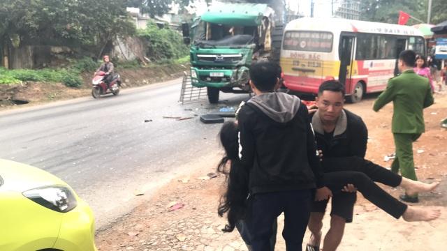 Xe buýt nát bét sau va chạm, nhiều người bị thương - 5
