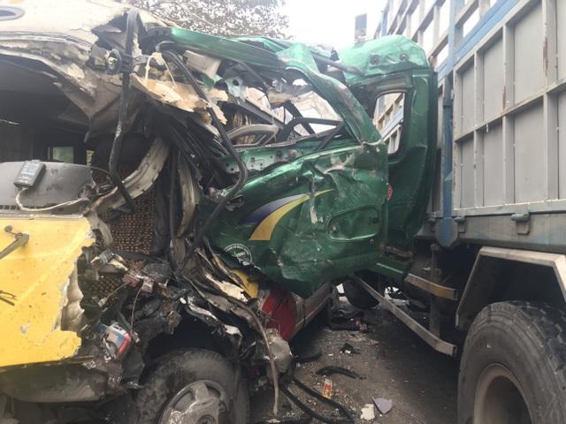 Xe buýt nát bét sau va chạm, nhiều người bị thương - 3