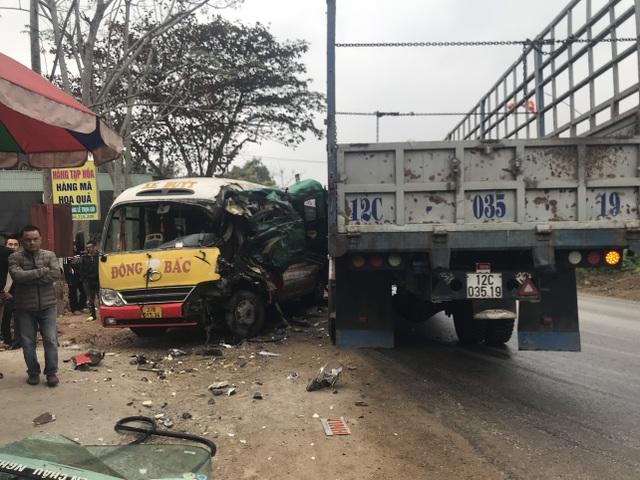 Xe buýt nát bét sau va chạm, nhiều người bị thương - 1