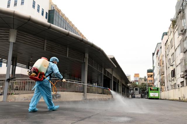 Covid-19 lan rộng, Hà Nội phun khử trùng hàng loạt xe BRT - 10