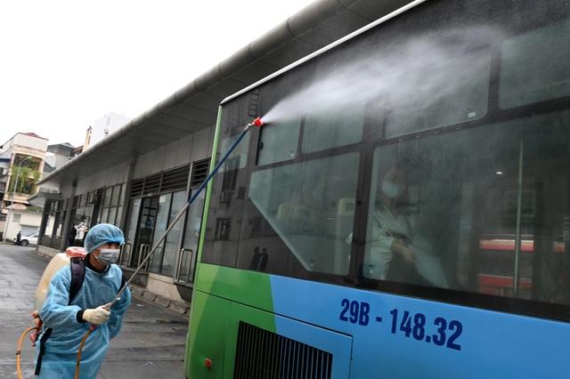 Covid-19 lan rộng, Hà Nội phun khử trùng hàng loạt xe BRT - 6
