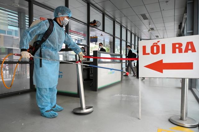 Covid-19 lan rộng, Hà Nội phun khử trùng hàng loạt xe BRT - 9