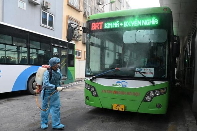 Covid-19 lan rộng, Hà Nội phun khử trùng hàng loạt xe BRT - 2