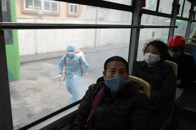 Covid-19 lan rộng, Hà Nội phun khử trùng hàng loạt xe BRT - 7