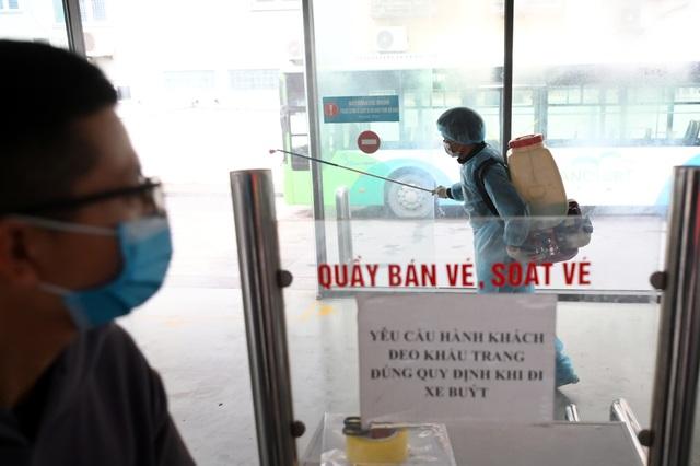 Covid-19 lan rộng, Hà Nội phun khử trùng hàng loạt xe BRT - 8