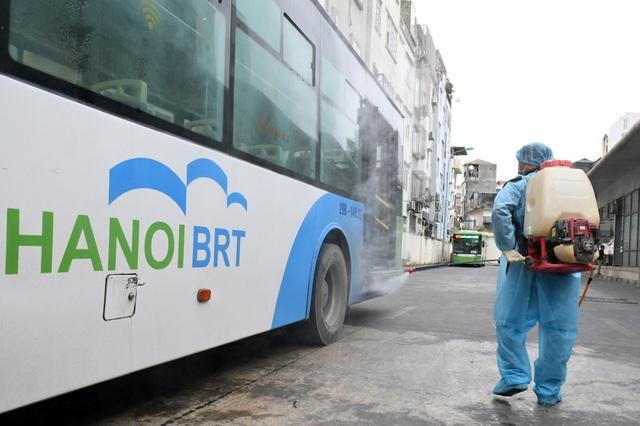 Covid-19 lan rộng, Hà Nội phun khử trùng hàng loạt xe BRT - 4