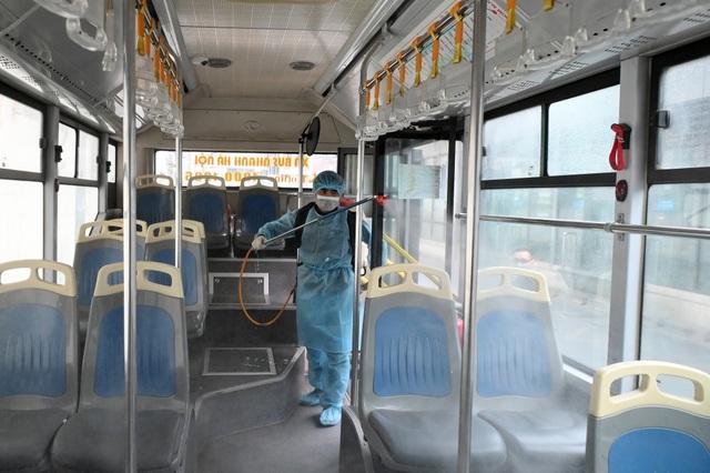 Covid-19 lan rộng, Hà Nội phun khử trùng hàng loạt xe BRT - 5
