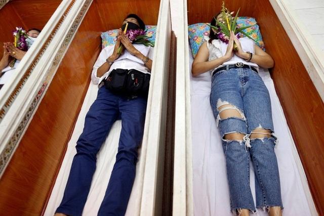 Thái Lan rộ trào lưu tổ chức đám tang cho người sống để cầu may - 1