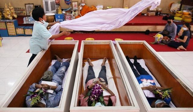 Thái Lan rộ trào lưu tổ chức đám tang cho người sống để cầu may - 2