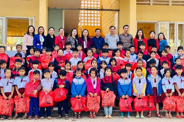 Tặng quà đến giáo viên, học sinh có hoàn cảnh khó khăn dịp Tết - 1