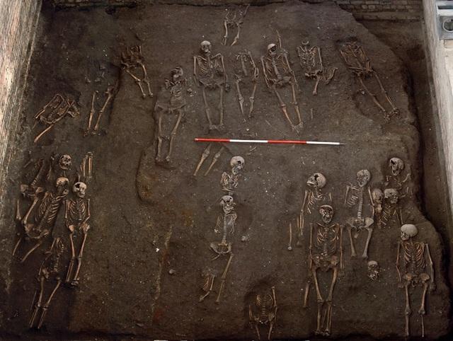 Phát hiện nhiều bộ xương bị gãy nát của người dân Anh vào thế kỷ 13 - 2