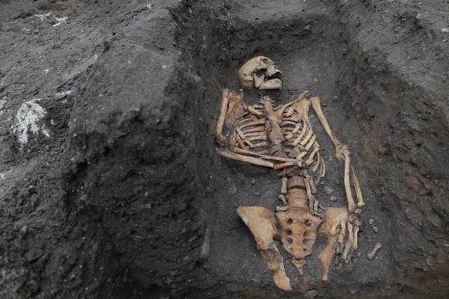 Phát hiện nhiều bộ xương bị gãy nát của người dân Anh vào thế kỷ 13 - 1