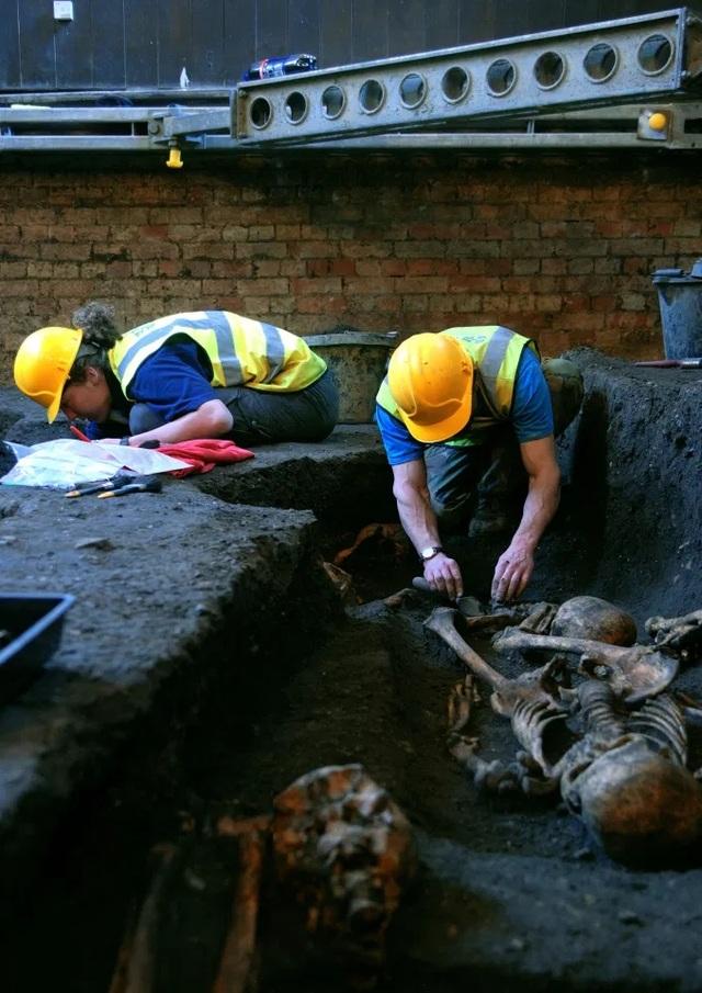 Phát hiện nhiều bộ xương bị gãy nát của người dân Anh vào thế kỷ 13 - 5