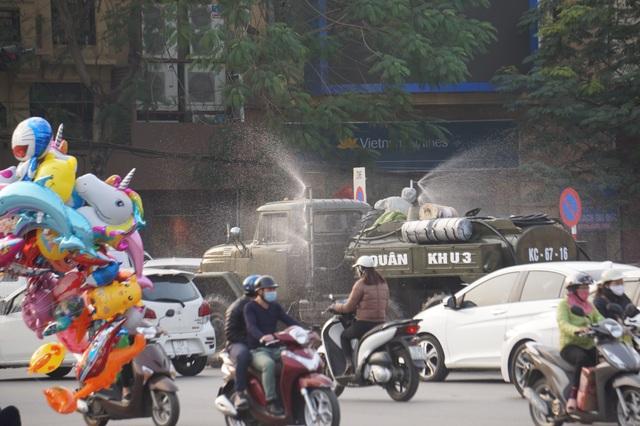 Hải Phòng phun hóa chất khử trùng các tuyến đường chính của thành phố - 4