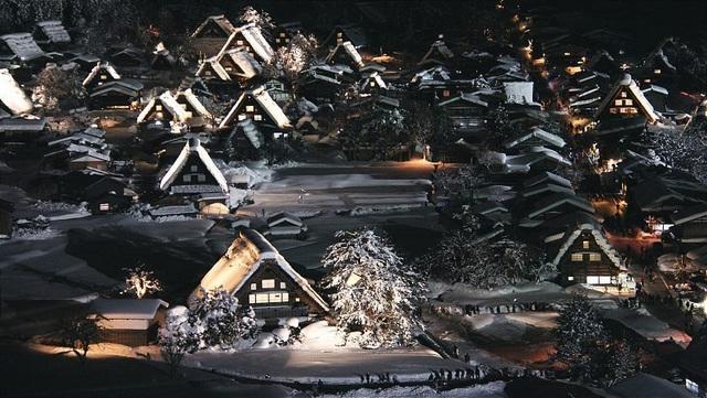 Những ngôi nhà cổ 250 tuổi lung linh trong tuyết trắng - 1
