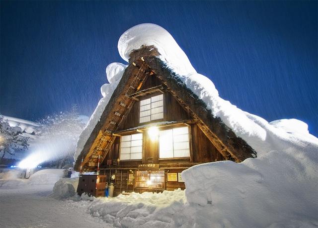 Những ngôi nhà cổ 250 tuổi lung linh trong tuyết trắng - 2