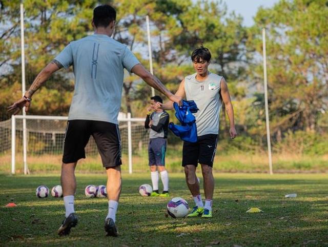Lucky88 tổng hợp: Tuấn Anh trở lại sân tập cùng các cầu thủ HA Gia Lai