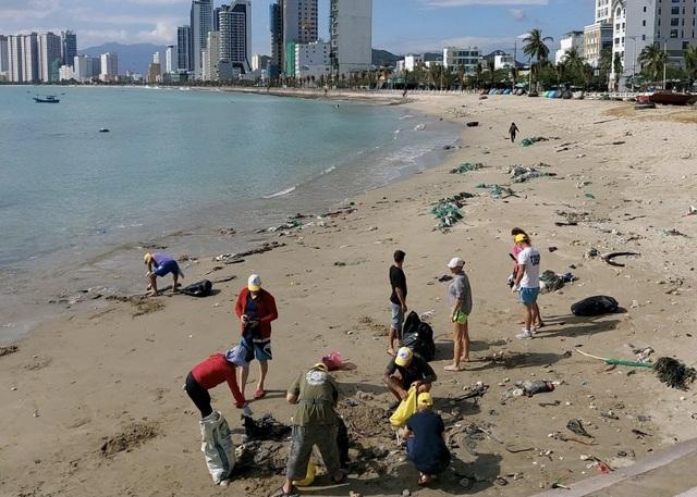 Kẹt lại vì Covid-19, nhóm khách nước ngoài nhặt rác trên bãi biển Nha Trang - 1