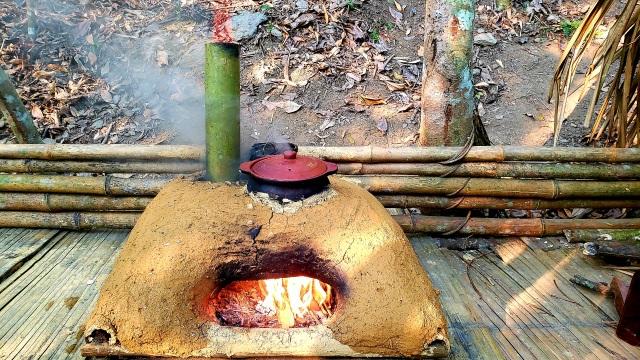 Chàng trai bỏ phố lên rừng: Nướng cá trên đá, luộc trứng trong ống nứa - 2