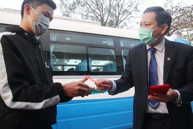 Ấm áp những chuyến xe miễn phí về Tết cho sinh viên vùng bão lũ - 1