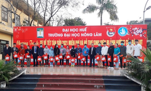Ấm áp những chuyến xe miễn phí về Tết cho sinh viên vùng bão lũ - 2