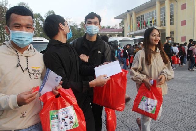 Ấm áp những chuyến xe miễn phí về Tết cho sinh viên vùng bão lũ - 6
