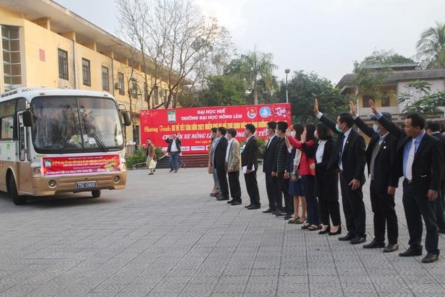Ấm áp những chuyến xe miễn phí về Tết cho sinh viên vùng bão lũ - 7