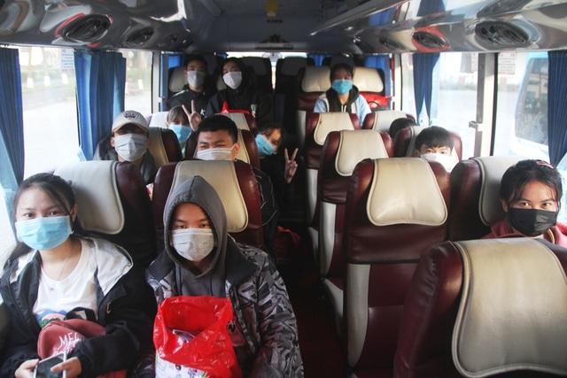 Ấm áp những chuyến xe miễn phí về Tết cho sinh viên vùng bão lũ - 8