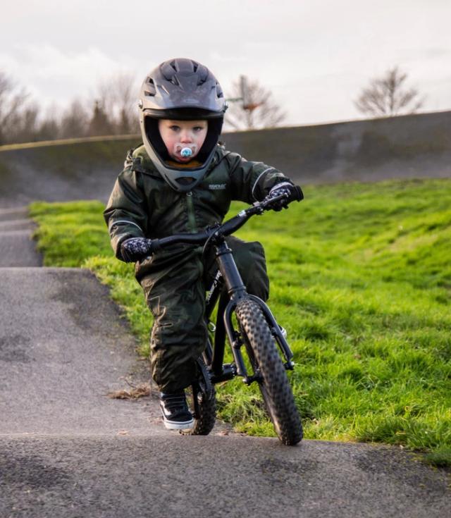 Tay đua 2 tuổi lái xe đạp địa hình gây bão mạng - 1